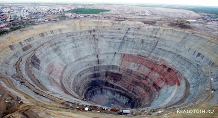 Самый большой алмазный карьер в мире находится в Якутии
